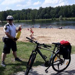 Patrol rowerowy podczas kontroli miejsc letniego wypoczynku