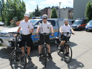 Na ulicach Katowic dostrzec możemy strażników miejskich na rowerach elektrycznych i motorowerach
